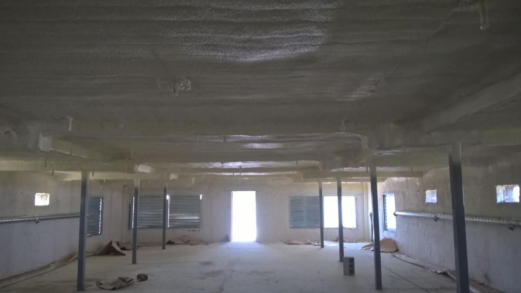 нанесение пенополиуретана на деревянный потолок птицекомплекса