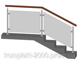 стеклянное ограждение лестницы с деревянным поручнем