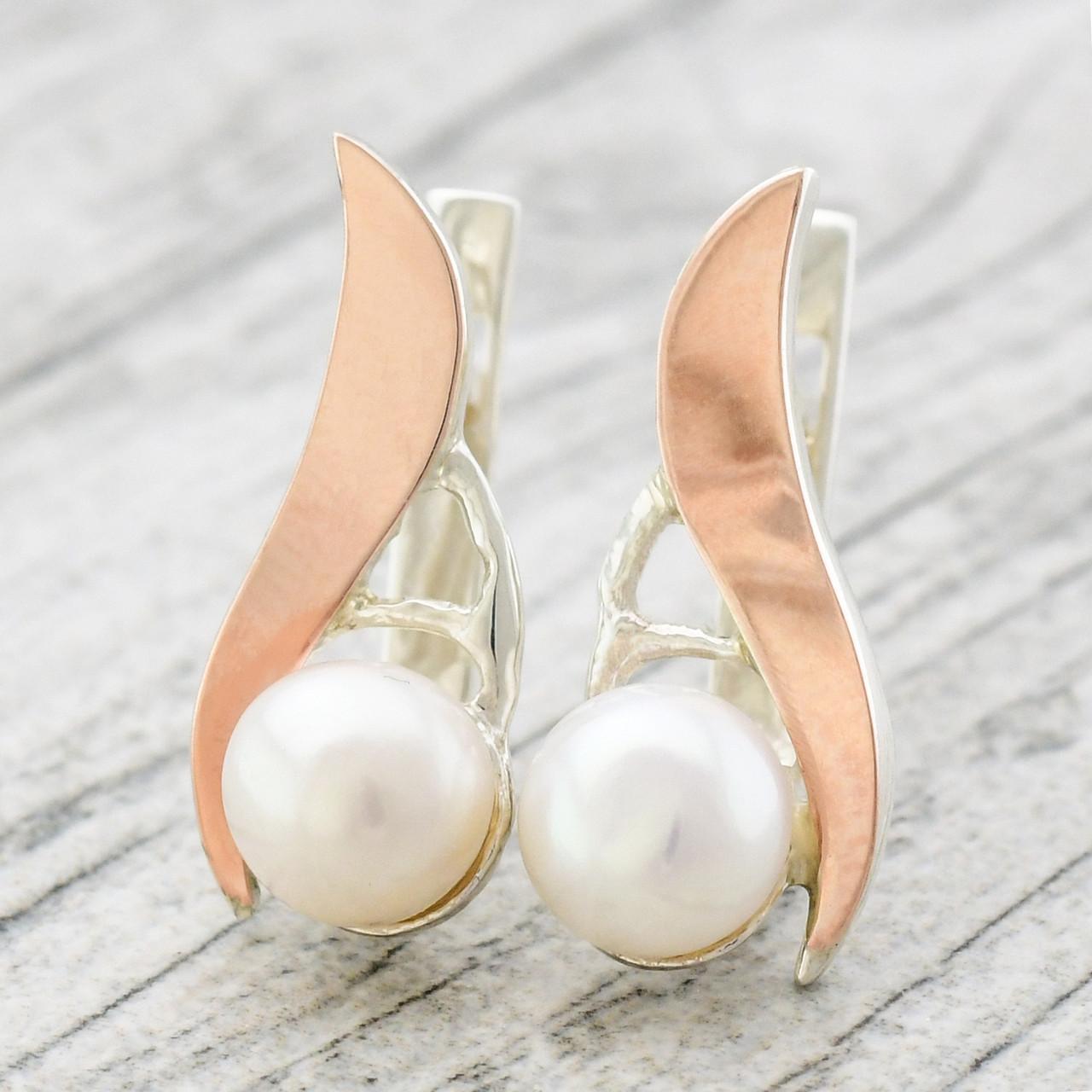 """Серебряные серьги с золотыми пластинами """"Росинка"""", размер 20*8 мм, вставка искусств. жемчуг, вес 3.23 г"""
