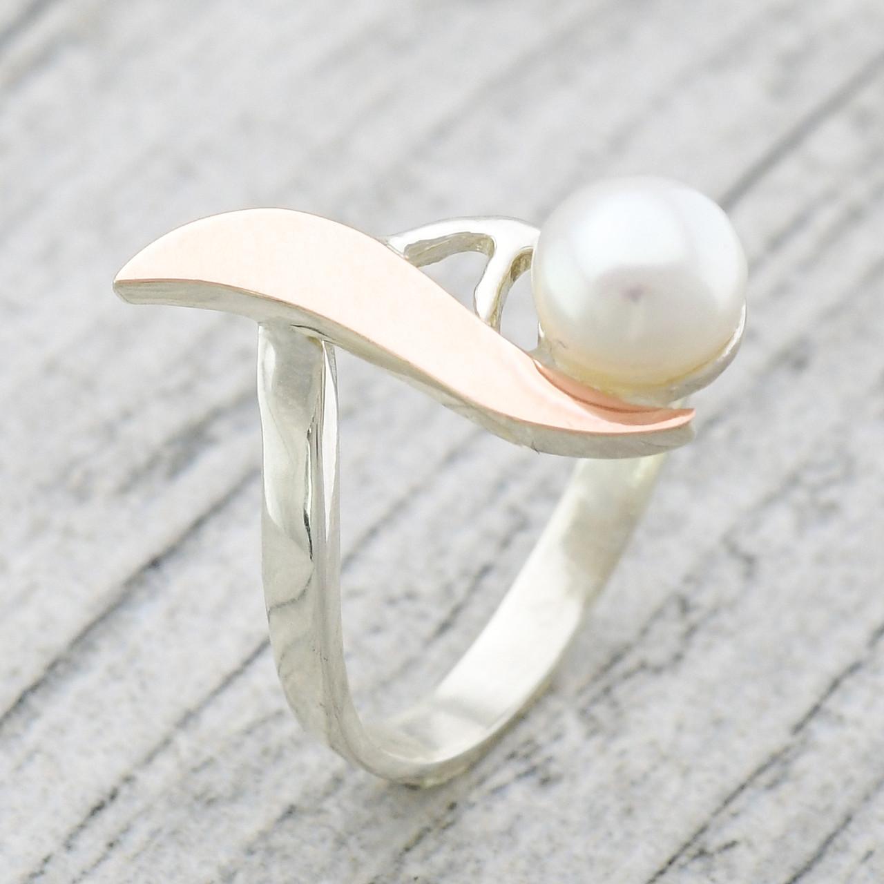 """Серебряное кольцо с золотыми пластинами """"Росинка"""", вставка искусств. жемчуг, вес 2.42 г, размер 16"""