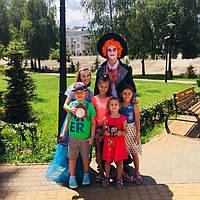 Довольные детишки после прохождения квеста «Алиса в стране чудес»