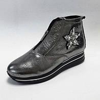 Женские демисезонные ботинки серебряного цвета из натуральной кожи с застёжкой молния на подошве платформе