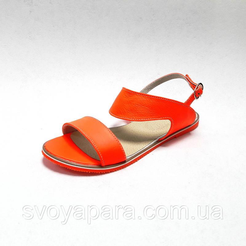 Босоножки женские оранжевого цвета из натуральной кожи на плоской подошве с каблучком