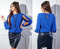 4dee88f4555 Ярко-синяя блузка из софта с украшением в комплекте и разрезами на рукавах