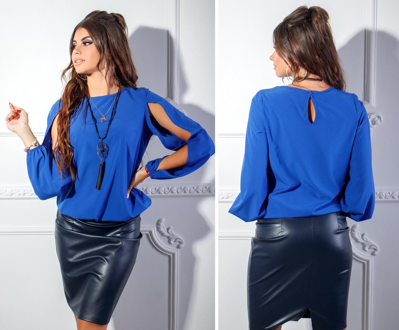 5133c80811a Ярко-синяя блузка из софта с украшением в комплекте и разрезами на рукавах  - Стильная
