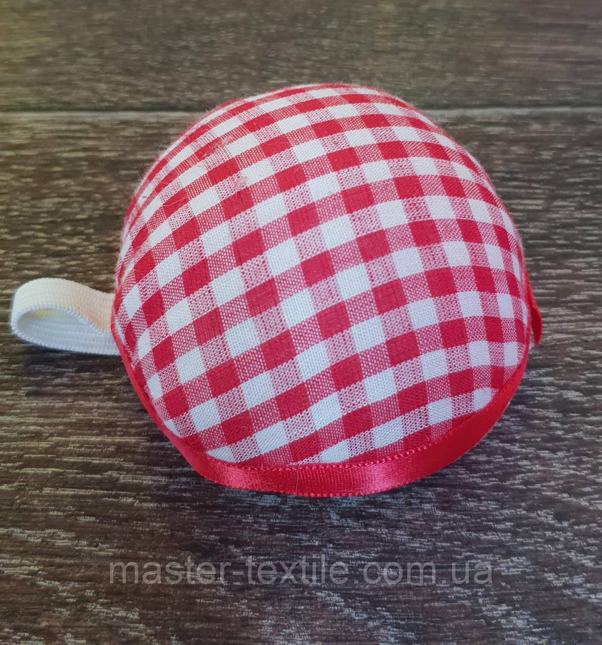 Игольница подушечка с резинкой на руку, D=70 мм,красная в клетку