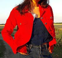 Красная женская куртка джинсовая