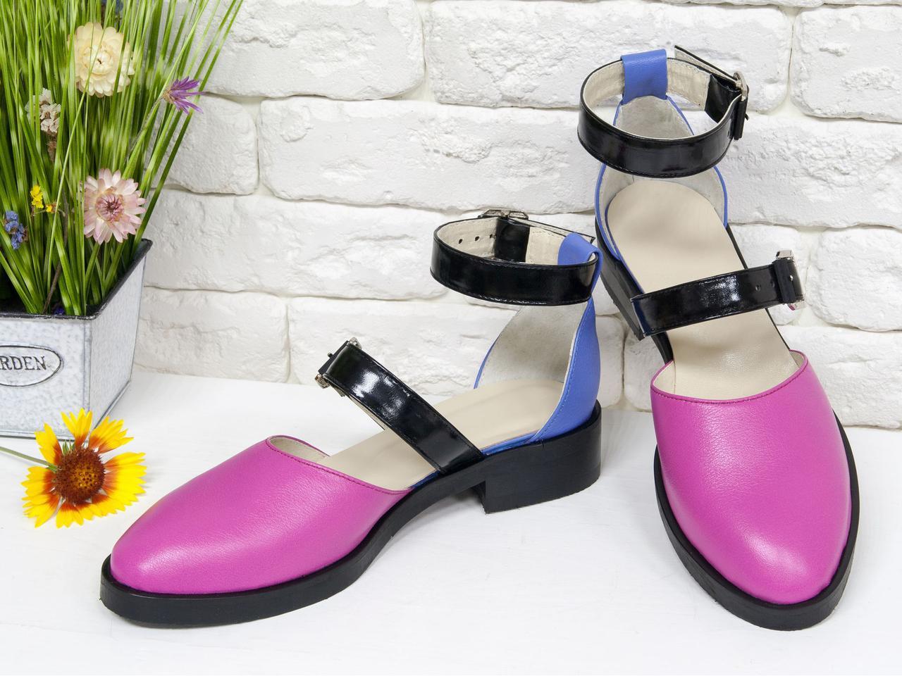 Стильні шкіряні Туфлі малинового і незабудкового кольору з ремінцями чорного кольору з лакової шкіри