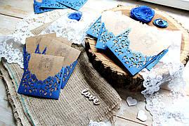 Свадебное приглашение крафт с ажурным синим конвертом