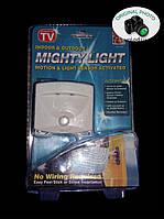 LED светильник 2 диода с датчиком движения Mighty Light на батарейках купить в Украине