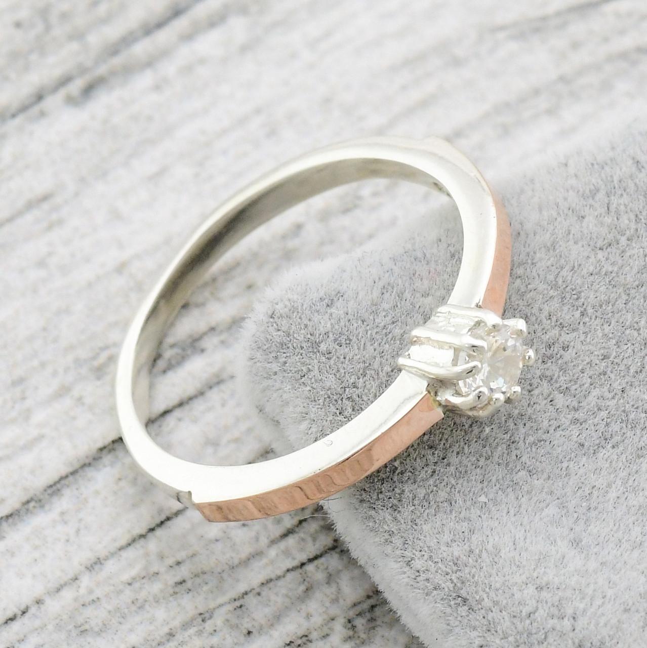 """Серебряное кольцо с золотыми пластинами """"Вик"""", вставка белый фианит, вес 2.03 г, размер 16.5"""