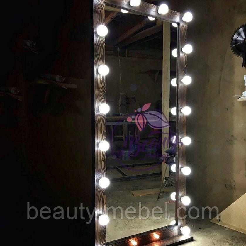 Большое гримерное зеркало с подсветкой, в деревянной раме, в коричневом цвете.