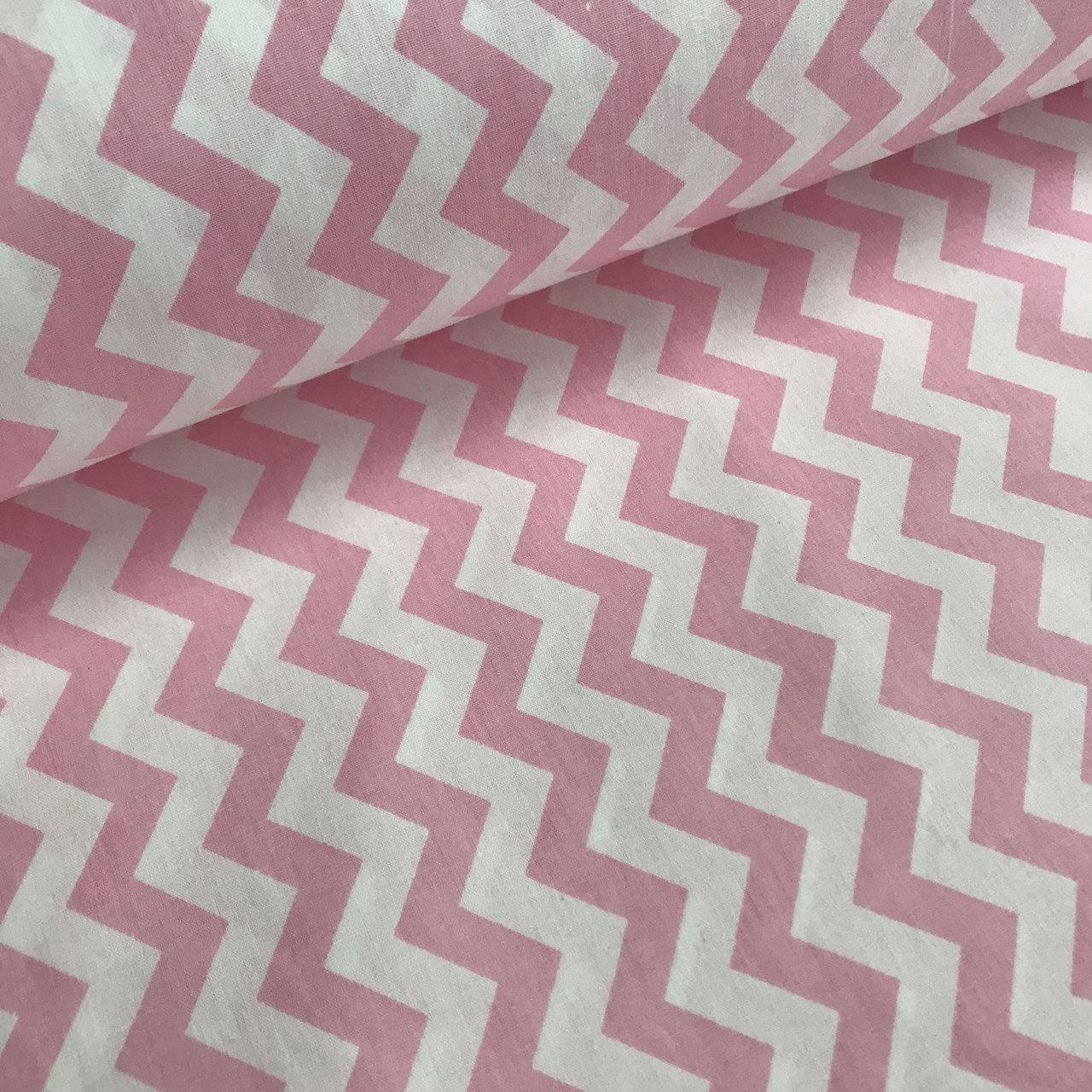 Ткань поплин зигзаг розовый на белом (ТУРЦИЯ шир. 2,4 м) № 33-20