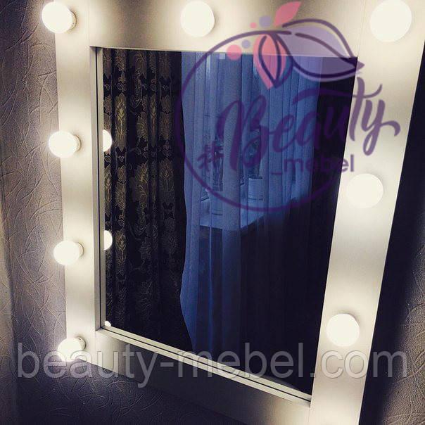 Стильное зеркало для макияжа с подсветкой.