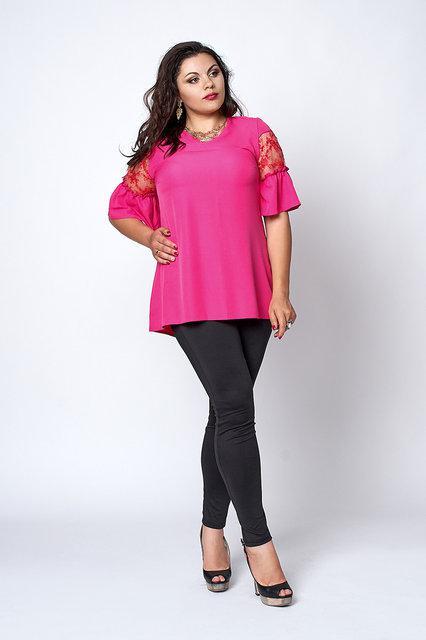 Модная женская блуза увеличеных размеров из крепа яркого-розового цвета.