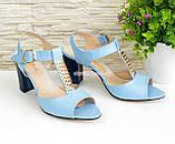 Женские кожаные классические босоножки на устойчивом каблуке, цвет голубой., фото 3
