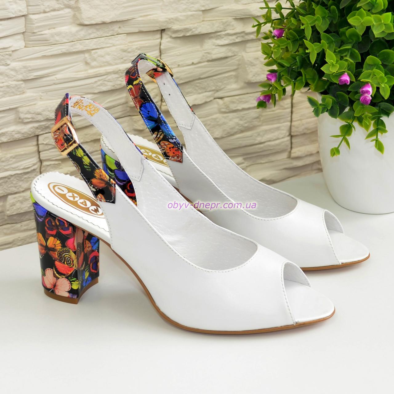 Женские кожаные босоножки на устойчивом высоком каблуке. Цвет белый/бабочки