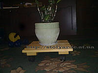 Поставка под вазон на колесах деревянная ручной работы подставка напольная для ведра на колесах
