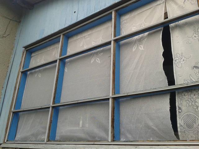 Крепим кабель-канал к раме окна веранды