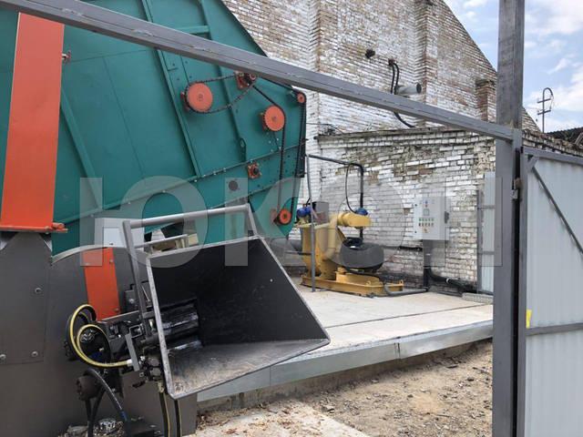 Рубительная машина для измельчения ствола дерева в щепу