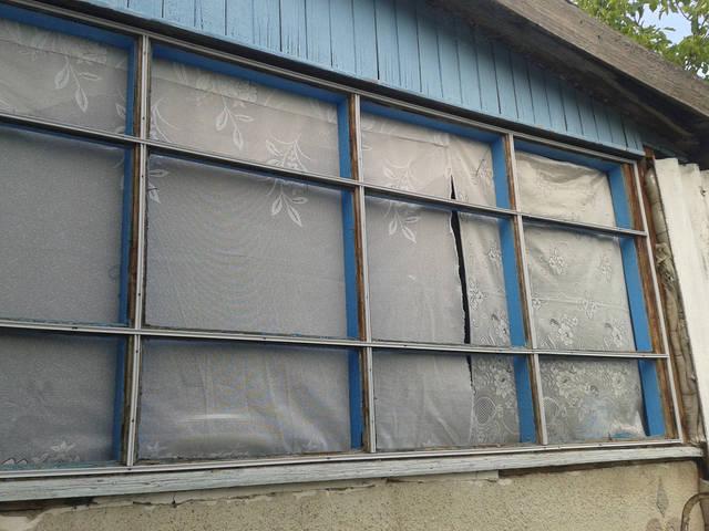 Кабель-канал установленный на раме окна веранды перед защемлением в него плёнки