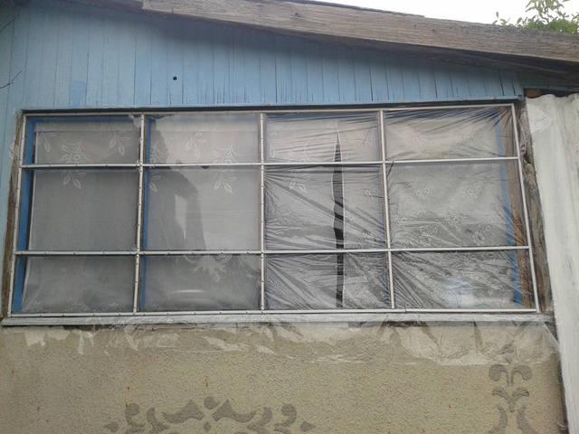 Так выглядит окно веранды после монтажа плёнки, две секции пока не натянуты феном для сравнения