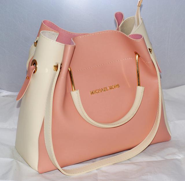 cfe5dcf29899 В комплекте к сумке идет косметичка-кошелёк, которая закрывается на молнию.  Эту сумочку можно носить как на плече, так и в руках, есть две  металлические ...