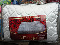 Атласное покрывало на кровать с подушками - белого цвета