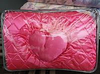 Атласное покрывало на кровать с подушками - розовое