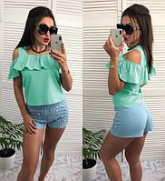 Летняя блуза мятного цвета с воланом декорирована бусинками
