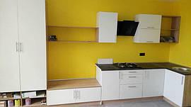 Белая кухня углом с черной столешницей