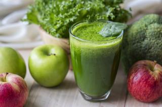 Брокколи и яблоки богаты железом и витамином С