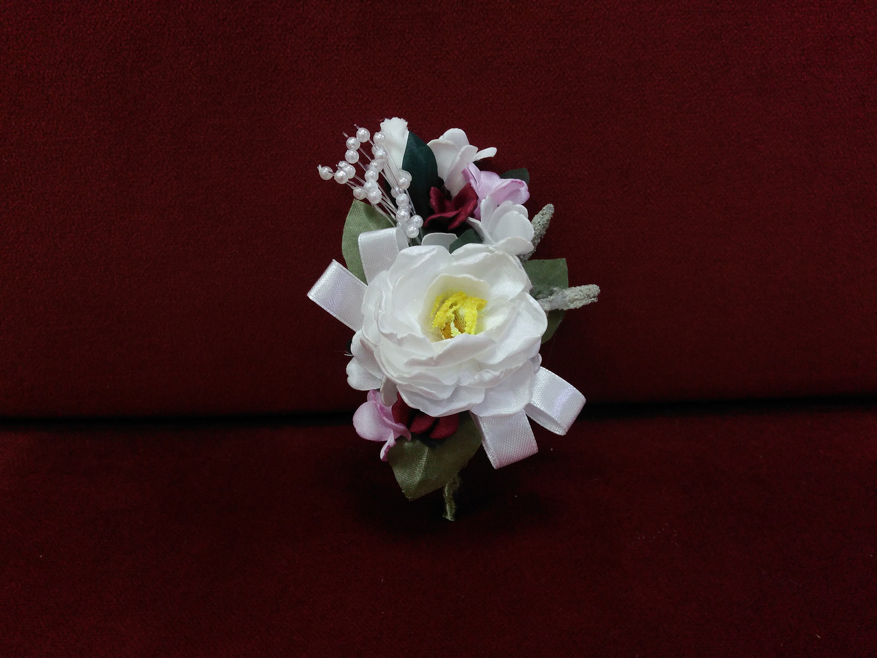 Свадебная бутоньерка из пиона айвори с розовым и бордовым