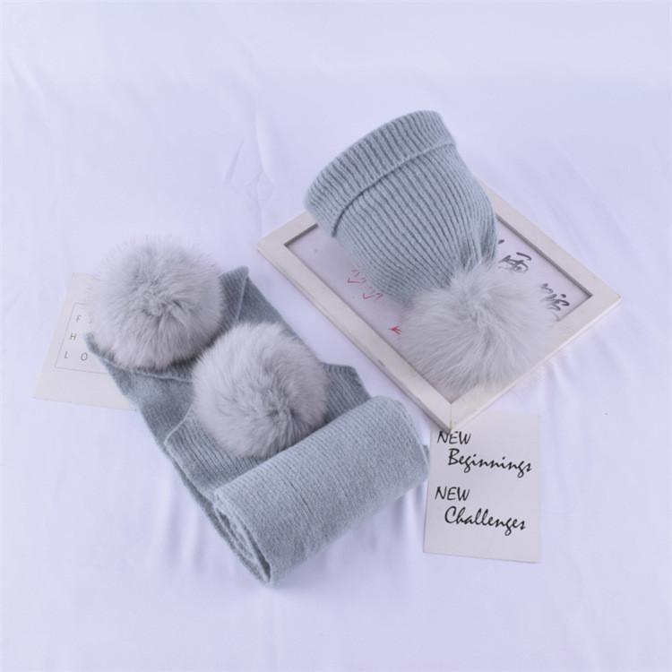 Детский набор шапка + шарф с помпонами светло-серый