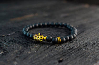 Браслет из оникса с золотистым Буддой