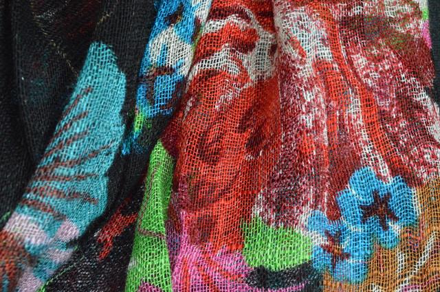 Черный льняной шарф с цветочным орнаментом фото 2