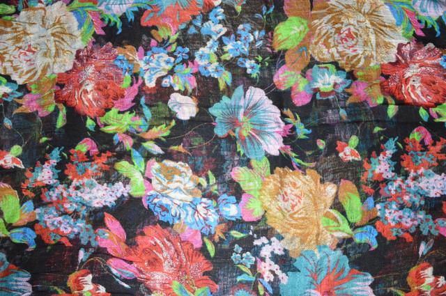 Черный льняной шарф с цветочным орнаментом фото 3