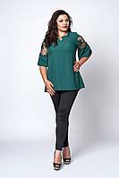 Изумрудная женская блузка украшена гипюром