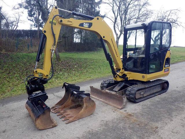 Фото б/у мини экскаватора Caterpillar с навесным оборудованием