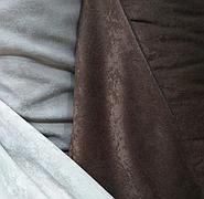 Портьерная ткань для выгодного и красивого украшения окна в гостиной.