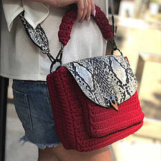 Такая сумка-портфель станет надежной помощницей благодаря своей вместительности.