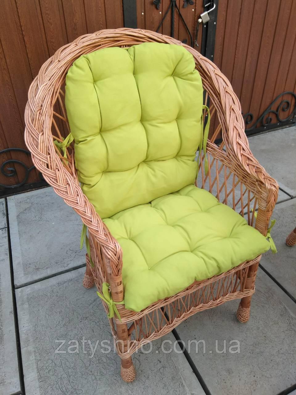 Плетеное кресло с фисташковой накидкой