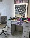 Профессиональный гримерный стол с большим количеством ящиков и зеркалом с лампами., фото 2
