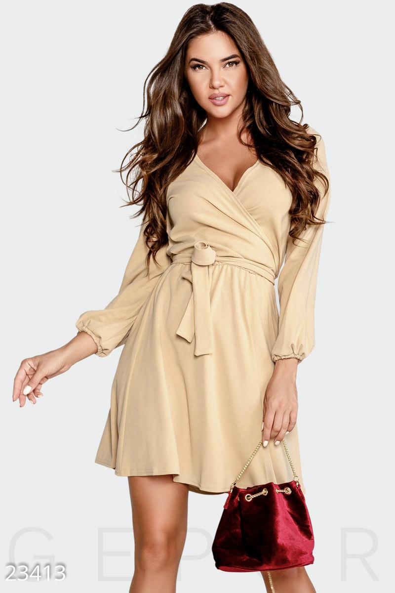 Демисезонное платье мини на запах с длинным рукавом кремовое