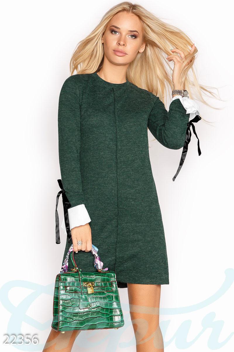 Ангоровое платье короткое полуприталенное с длинным рукавом с манжетом зеленое