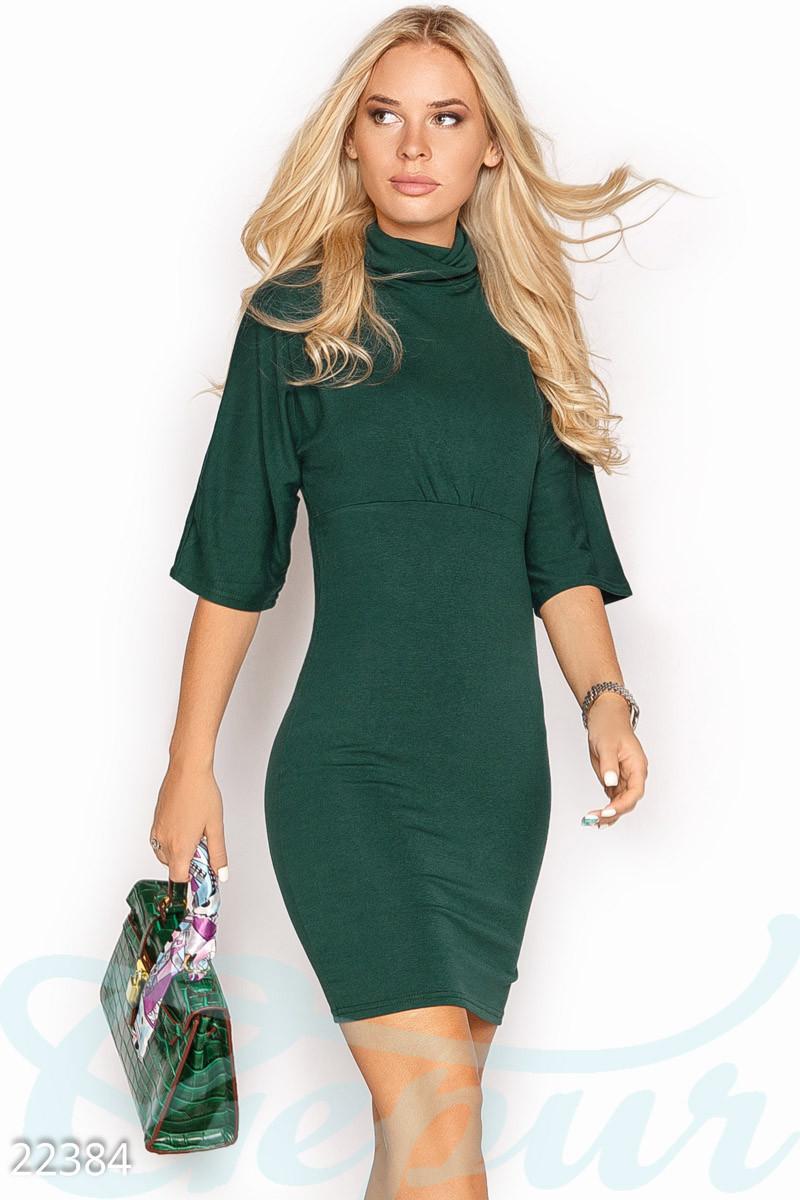 Модное платье на осень короткое по фигуре рукав до локтя однотонное под горло зеленое