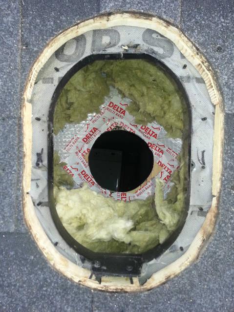 Внутренняя труба изготовлена из оцинкованной стали.  Длина внутренней трубы позволяет вставить ее в подводимый воздуховод  на длину 300 мм. Это облегчает вертикальный монтаж в тесных  чердачных помещениях и делает конструкцию более прочной.