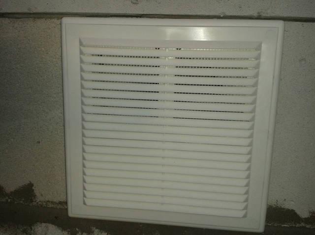 Для организации ВЕНТИЛЯЦИИ ГАРАЖА  установлены приточные решетки. Через них воздух с улицы проникает в помещение гаража.