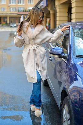 Бежевое пальто из натурального кашемира с воротом из натурального меха скандинавской норки