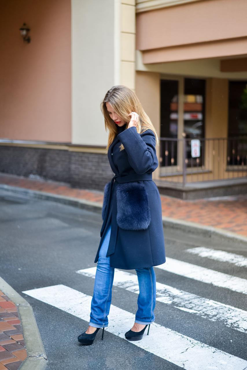 Пальто из кашемира синего цвета с карманами из финского песца